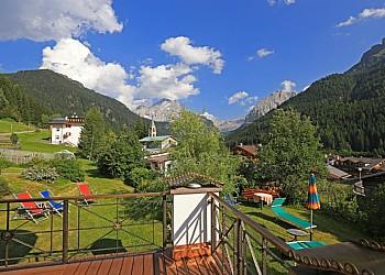 Hotel 4 stelle a Canazei (****) a Canazei. Vista dal nostro giardino e terrazzo