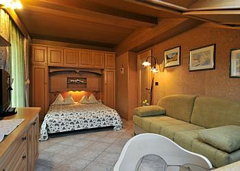 Privati a Moena. stanza da letto con spazio soggiorno