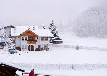 Appartamento a San Giovanni di Fassa - Pozza. Sta terminando di nevicare, sembra di essere avvolti in un manto bianco
