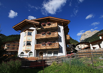 Apartment in Canazei. Dear Guest, Cesa Castlunger is situated in a strategic position in the centre of Canazei. It is abaut 150 mt away from the cableway Canazei/Pecol diretly connected with Sellaronda.The hause disposes of different appartaments from 2 to 5 people, all of then provided by dishwasher, washing machine, TV, car parking, ski room with private box and ski/ bike deposit and privat cabinet with skiboots dryer.