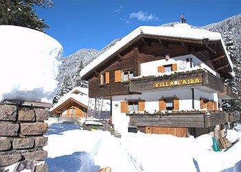 Appartamento a Alba di Canazei. La casa è ubicata nelle immediate vicinanze di famosissimi comprensori sciistici dolomitici della valle raggiungibili mediante impianti di risalita la cui partenza si trova a due passi dalla casa. Tra le aree più prestigiose ricordiamo:  - Ski Tour Panorama Buffaure-Ciampac (a 300 metri dalla casa);  - Sellaronda (1,5 chilometri);   - Ski Area Belvedere-Col Rodella (1,5 chilometri);  - Baby Park & Campo Scuola ideale per imparare lo sci con parco bambini attrezzato e animazione (1,5 chilometri);  - Circuito sci da fondo parte integrante della Marcialonga (1,5 chilometri);  - Ski Area Catinaccio Rosengarten con parco bambini attrezzato e animazione (10 chilometri);  - Ski Area Fraine ideale per imparare lo sci con parco bambini attrezzato e animazione (10 chilometri);  - Ski Area Alloch per sciate anche in notturna dalle 20:00 alle 23:00 (11 chilometri);  - Lusia S.Pellegrino (20 chilometri);   - Carezza (15 chilometri).