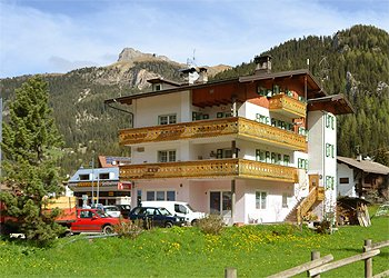 Wohnung - Canazei. Aussenansicht Haus Cesa Planch am Seilbahnen , auf der Ruechkseite Sie kann man die Seilbahnen schauen.