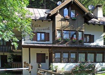 Appartamento a Canazei. La casa si trova al margine del bosco nel centro storico di Canazei, a 200 metri dal centro nuovo.