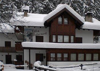 Piso - Canazei. Versión de invierno. La casa está situada justo al final de la pista que desciende desde el Belvedere / Sella Ronda. Se encuentra a pocos minutos a pie del cable (200 metros).