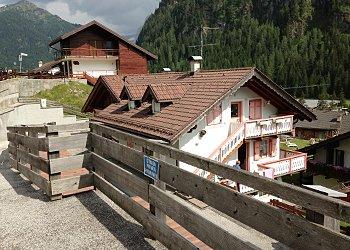 Appartamento a Campitello di Fassa. Vista della struttura ricettiva dalla strada di accesso