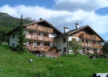 Appartamento a Soraga. A very special accommodation in quiet and panoramic location.  Una sistemazione molto particolare in posizione tranquilla e panoramica.