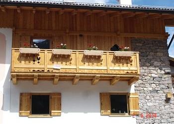 Appartamento a Soraga. Vista esterna dell'appartamento, dotato di balcone, con esposizione ad est.