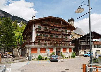 Appartamento a Campitello di Fassa. Palazzina situata in zona tranquilla vicino al centro del paese.