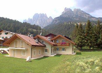 Residence a San Giovanni di Fassa - Pera. Vista panoramica dal giardino della casa.