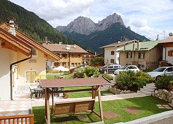 Residence a San Giovanni di Fassa - Pera. Vista panoramica dal giardino davanti casa.