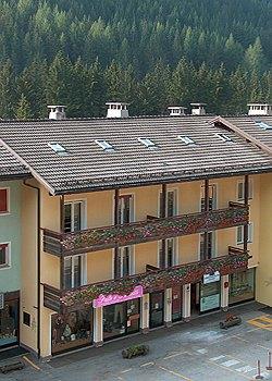 Wohnung - Canazei. Unsere 12 Wohnungen liegen im Zentrum Canazei's,in unmittelbarer Nahe fast aller Geschafte und 600 meter von der Talstazion der Seilbahn Canazei-Belvedere-sellarunde entfernt.wir verfugen uber Wohnungen mit 4,5 oder 6 Betten.Alle Verfugen uber eine grosses Wohnzimmer mit zwei Schlafplatzen und Kuchenecke,einem oder zwei Schlafzimmern,Bad mit Dusche,Tv,Tresor,balkon und reserviertem Pkw-Stellplatz.Die Wohnungen sind mit dem notwendigen Kuchengeraten und Bettwasche ausgestatten.Die Wohnungen mit 6 Betten haben dabei zwei Bader und eine Spulmaschine. Alle Wohnungen haben Zugang zu den Gemeinschafteinrichtungen Waschkuche,Skidepot mit Schranken und Schischuhuwarmer,sowie dem Fahrradraum.