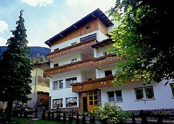 Appartamento a Moena. Appartamenti fronte giardino con terrazza coperta e balconi.