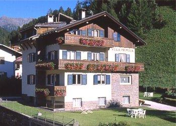 Appartamento a Moena. La casa è circondata da circa 1000 m.di prato. Si trova in posizione tranquilla e comoda al centro.Dispone di parcheggio privato e garage. Dista circa 150 m.dalla fermata dello skibus.
