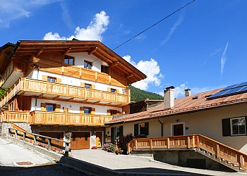 Apartment in San Giovanni di Fassa - Pozza. Casa Dorich is located in a quiet area near the center of Pozza. Our 3 apartments classified with 3 gentians can be seen on the website (www.casadorich.com) They are equipped with satellite television, free Wi-Fi, safe, hairdryer, bed linen and use of the washing machine. The kitchens are equipped with dishes, a dishwasher, an oven, a mini-freezer and a toaster. The parking space is private, external or in the garage. Personal lockers and boot warmers. Animals are not accepted.