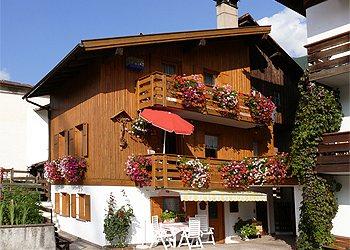 Appartamento a Moena. La nostra casa è situata in una zona residenziale tranquilla e soleggiata, nel rione cosi detto