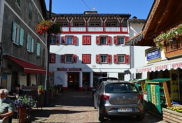 Wohnung - Moena. Res. Ciasa Buro liegt im Zentrum aus Moena. Alle Ferienwohnungen sind komfortabel und mit Eleganz eingericht und ausgestattet. Tv Color Sat, Waschmaschine, Lift und Skiraum. Parkplatz.