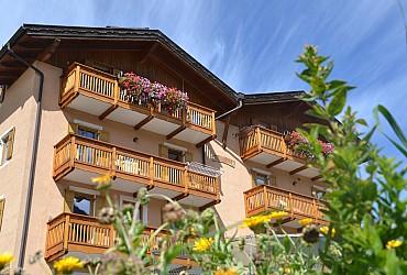 Appartamento a San Giovanni di Fassa - Vigo.       La casa è dotata di terrazza solarium con tavolini e sdraio dove potrete      rilassarvi leggendo o prendendo il sole.     A disposizione dei nostri gentili ospiti, abbiamo un barbeque .
