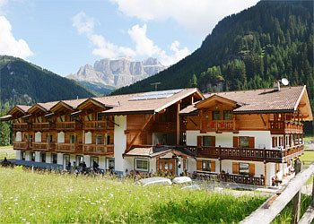 Apartment in Canazei. Cèsa Ciasates is in Canazei, to little distance from the centre of Canazei and the Belvedere lifts, where the famous Sellaronda begins, a fixed destination for every skier. During the summer it becomes the starting point for pleasant walks in the mountains. The house is surrounded by vast green meadows where horses browse. It is quite easy here to feel in contact with nature and not to feel lonely: horses are so good companions.