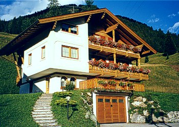 Apartment in San Giovanni di Fassa - Pozza. Giulia Home is in a sunny and quite area reaward the street, surrounded by fields, with private parking, only 200 m far from centre. Nearby, there is the acess to San Nicolò valley, walking and trekking destination and Buffaure Lifts, in the winter season the start for The ski Tour Buffaure - Ciampac 40 Km of beatiful perfectly sowy pistes. Dallapozza family wish you a relaxed and peacaful holiday.