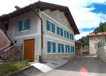 Appartamento a Mazzin di Fassa. La casa è posta nel centro di Mazzin (non sulla statale), dista 3Km da Campitello (impianti Col Rodella e Sella Ronda), 7Km da Canazei (impianti Belvedere e Sella Ronda) e 2Km da Pozza (impianti Catinaccio e Buffaure). La pista da fondo (pista Marcialonga) dista 100mt. Famiglia cooperativa e Ristorante pizzeria a 100mt. Fermata autobus e skibus 200 metri