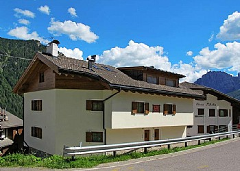 Apartment in San Giovanni di Fassa -  Muncion. A 5 minute drive from Pera is the town of Muncion, quiet and sunny from where wonderful walks Gardeccia and where you can admire the rosengarden. This small country enjoys some advantages, such as the distance from the chaotic traffic of the former SS 48, the location, with exposure to the sun for several hours of the day even in winter, and the wonderful panorama that is offered to those facing the