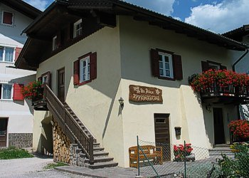 Apartment in Soraga. A family house of 3 flats with garden, located in a quite and sunny position, it's only 300 m. far away from center, 2 steps from ski-bus stop and 200 m. from children playground and sportive area. Wi-fi  Here's the entrance to flat Type 2 and 3.