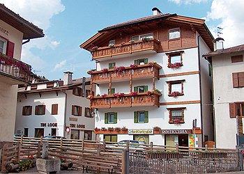 Appartamento a Moena. La casa si trova nel centro di Moena, in zona tranquilla a ridosso della Piazza centrale.  ................................................ Gli appartamenti al primo e al terzo piano vengono affittati, mentre gli altri due sono occupati dai proprietari.