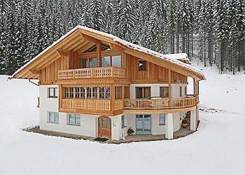 Appartamento a Canazei. sono due case di nuova costruzione, gli appartamenti sono arredati in stile alpino, sono molto confortevoli ed accoglienti, ogni appartamento è di 70 mq sono composti da due stanze da letto con relativi bagni, soggiorno e angolo cottura. Gli appartamenti distano 200 m dalla partenza degli impianti Belvedere  Invitiamo i nostri ospiti ad usare le ciabatte in casa.   E' VIETATO FUMARE NEGLI APPARTAMENTI