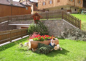 Wohnung - Vigo di Fassa. We have a beautiful garden with a beautiful green lawn and there are also games for children.