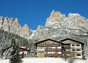 "Residences in Pera di Fassa. Residence ""La Zondra"" (that means rhododendron in ladino language) is located in Pera, in the heart of Val di Fassa, 5 km far from Moena and 6 from Canazei, in a quiet and sunny position. In the nearest you can find all the public services, the departures for famous excursions and the main ski areas of the valley.