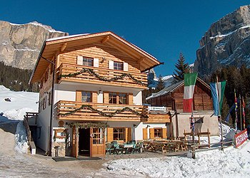 Apartment in Canazei. The Cèsa Crepes de Sela, in locality Pian Frataces, 4 km far from long Canazei (5/8 minutes by car) along the road of the Pordoi.The house is located in a nice field, in calm and sunned position, near a beautiful alpine small lake surrounded by other mountain chalets and our small typical restaurant.