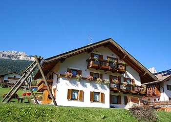 Apartment in San Giovanni di Fassa - Vigo. Villa Rosa is situated 5 minuts far away from the center of Vigo di Fassa in a quiet and sunny zone. The house has 3 apartments which can accommodate from 2 to 6 people. The apartments are cozy and equipped with any comfort. A private parking, bike room, ski room with boot heater, laundry, bed sheets are available to guests.