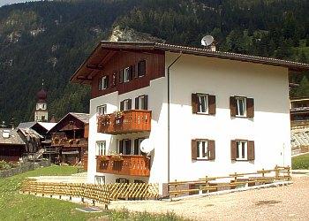 Appartamento a Canazei. La villa, che sta all'ingresso di Canazei, dispone di 2 appartamenti molto grandi, entrambi di 90 mq, con tre stanze da letto, salotto e cucina. Parcheggio privato.