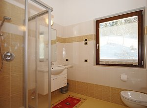 Apartment in Soraga. A bath.