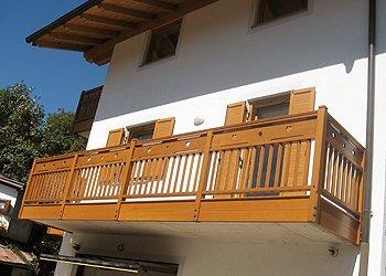 Appartamento a Cavalese. Ampio balcone soleggiato a SUD con luce sulla camera e soggiorno dell'appartamento .